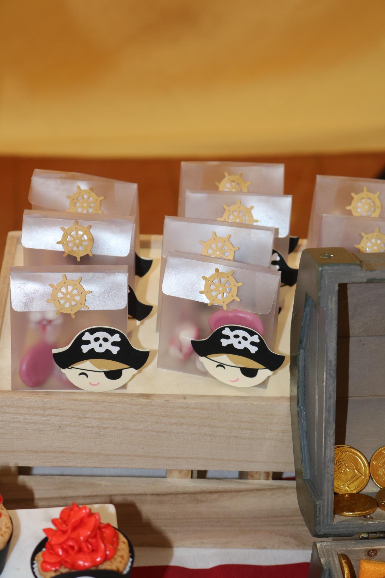 Cajita pirata con chuches de calavera.